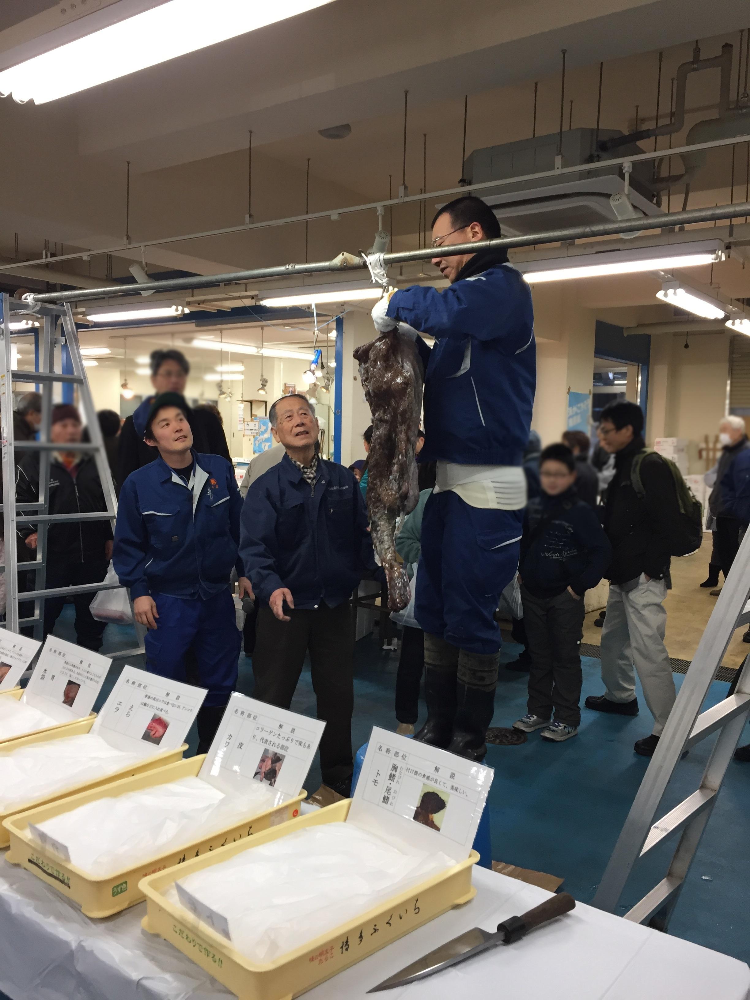 川崎市地方卸売市場南部市場いちばいちアンコウ吊るし切り