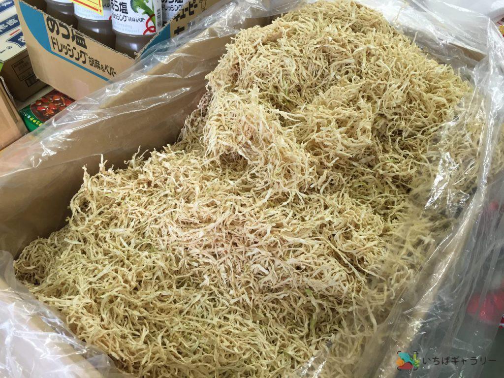 切干大根のフリー素材(市場の写真)