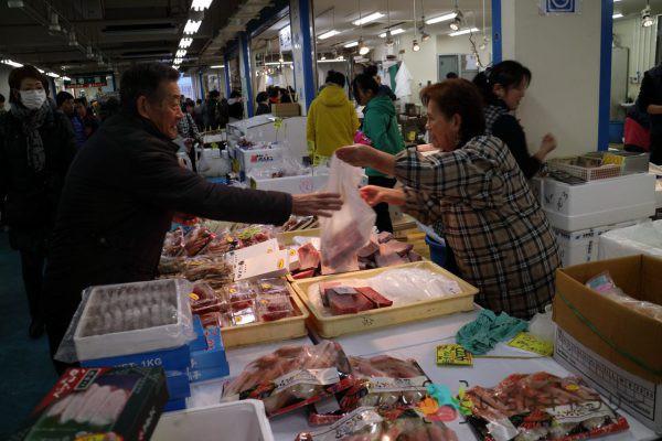 売場の様子_水産4のフリー素材(市場の写真)
