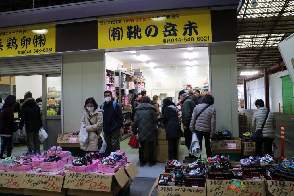 靴の岳未のフリー素材(市場の写真)