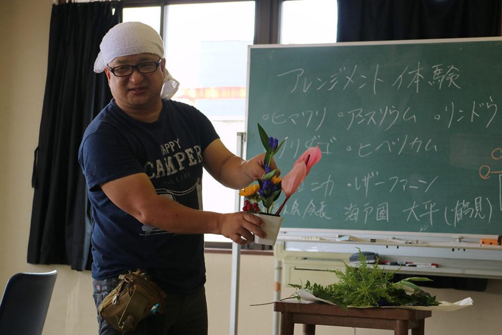 フラワーアレンジメントを教える先生の様子